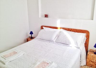 casa-novaro-imperia-appartamento-corbezzolo-vacanza-letto-matrimoniale-bianco