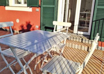 casa-novaro-imperia-appartamento-corbezzolo-vacanza-tavolo-sulla-terrazza