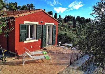 casa-novaro-imperia-appartamento-corbezzolo-vacanza-terrazza-con-lettini