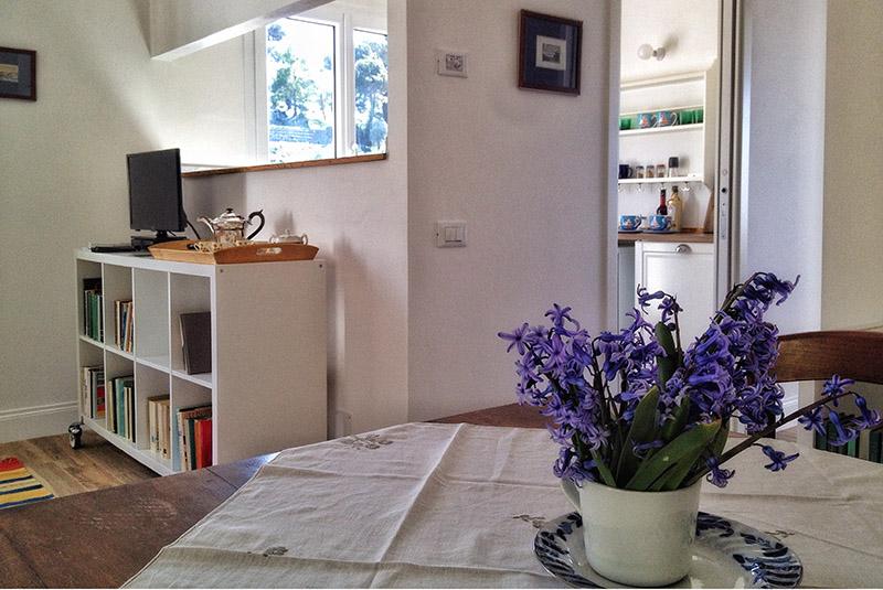 soggiorno-tavolo-appartamento-limone